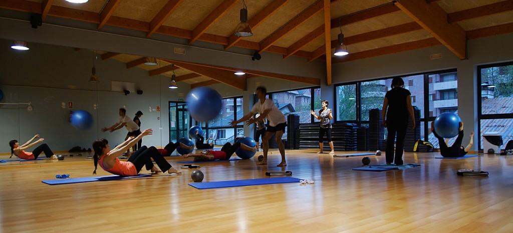 Pilates: Conjunto de ejercicios dirigidos a ejercitar la unidad mente-cuerpo. Algunos de los beneficios son el restablecimiento del equilibrio postural, mejora de la circulación sanguínea, reducción del estrés y aumento de la fuerza y flexibilidad.